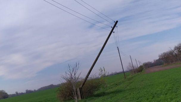 Upozornenie na naklonený stĺp elektrického vedenia_cesta na lesík